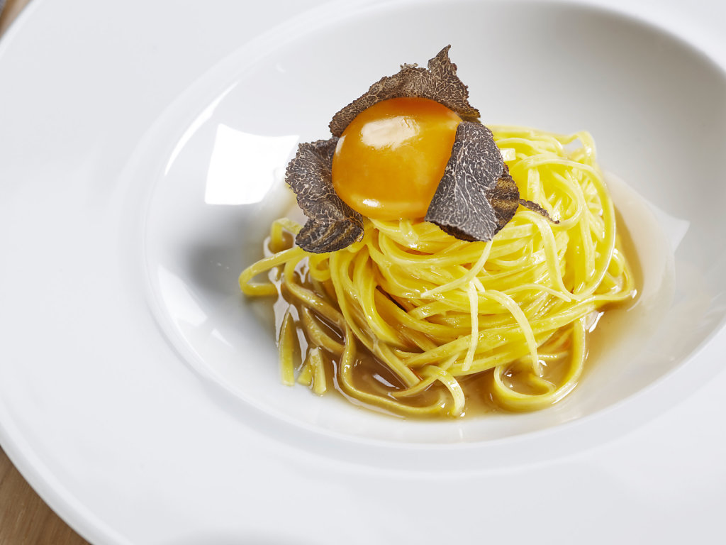 Linguini with egg and truffle, the must at Sis Quartos